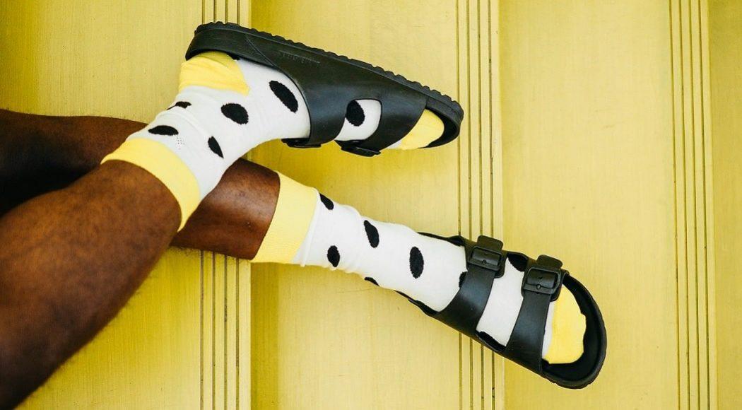 Männerbeine mit gepunkteten Socken